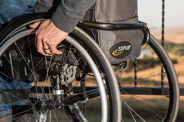 ¿Cómo elegir la mejor silla de ruedas para una persona dependiente?